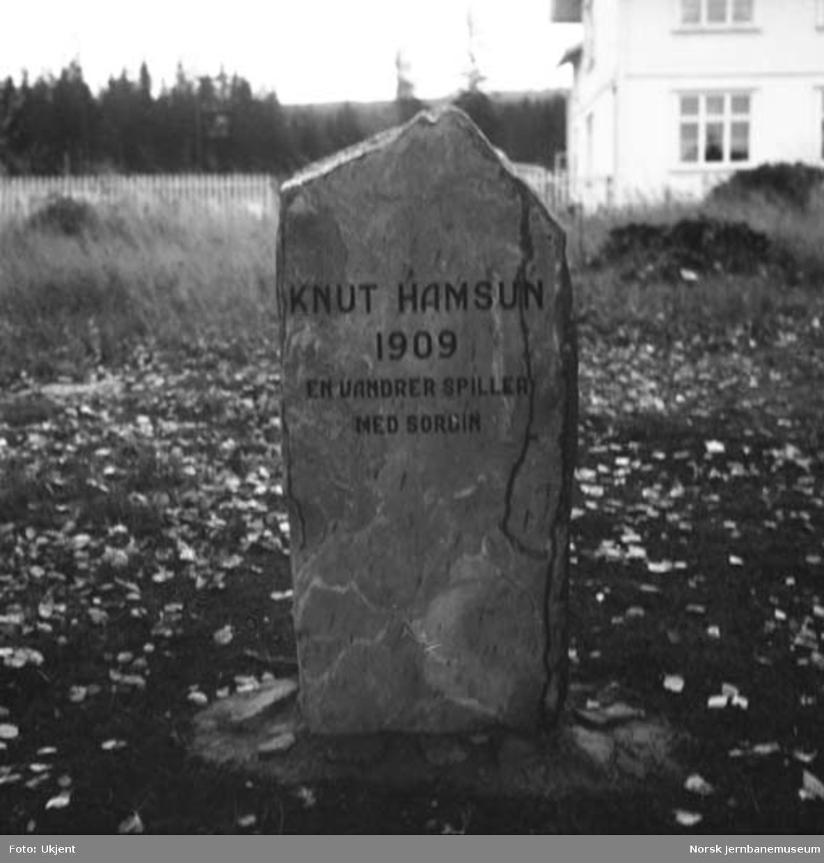 """Minnestein Knut Hamsun """"En vandrer spiller med sordin"""""""
