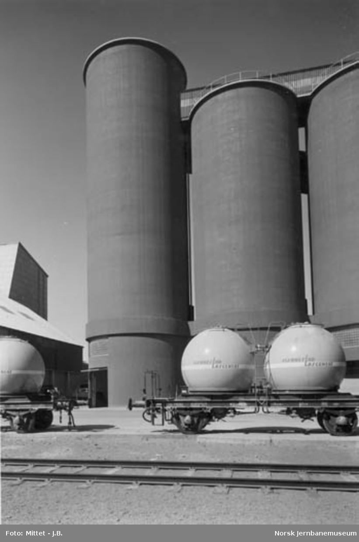 Bulkgodsvogn for sement, litra U4 nr. 75002 foran Slemmestad Sementfabriks silo