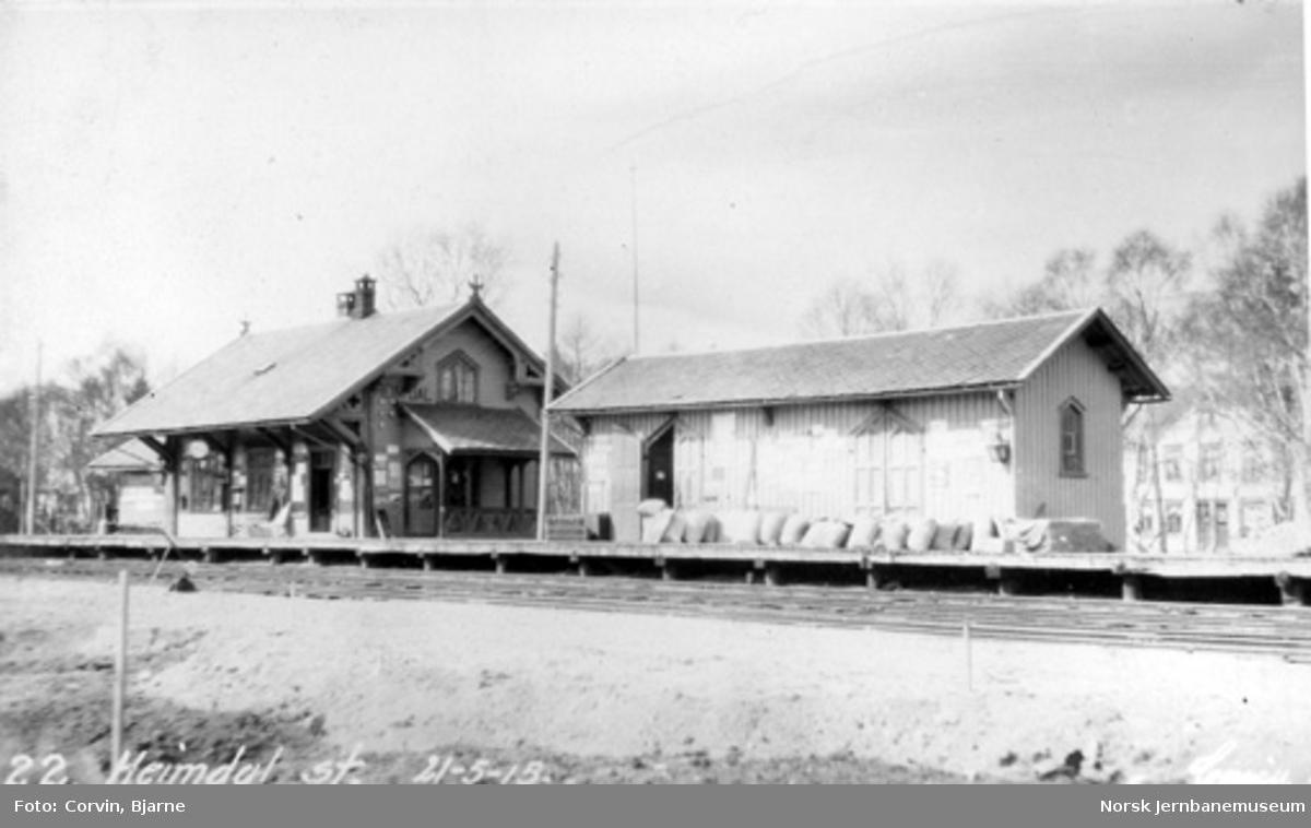 Heimdal stasjon med stasjonsbygning og godshus