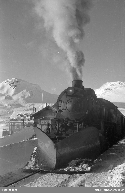 Damplokomotivet type 31b foran østgående tog på Finse stasjon
