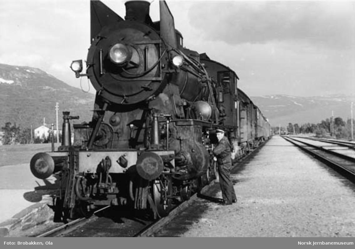 Lokomotivfører Victor Nordtømme ved damplokomotiv type 30b foran tog 351 på Bjorli stasjon
