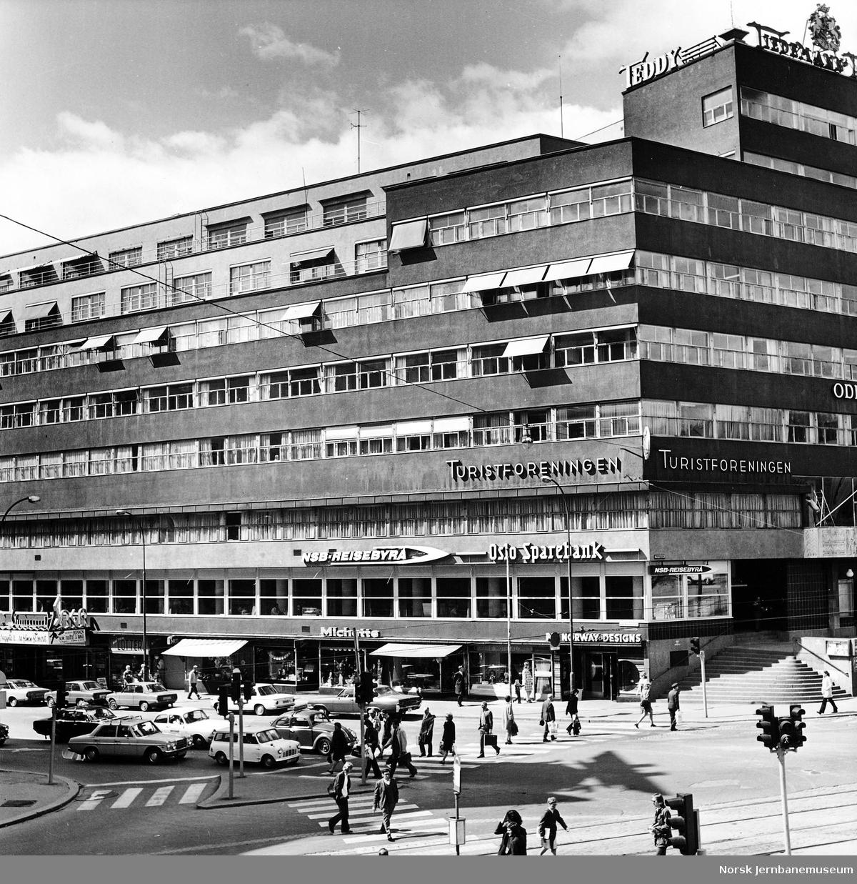 Forretningsgård i Oslo med skilt for NSBs reisebyrå i Oslo