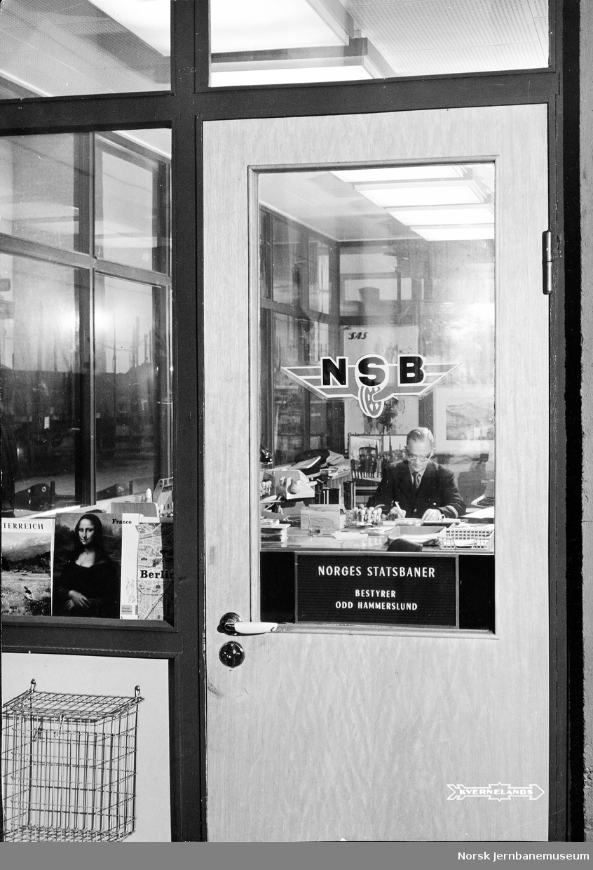 NSBs kontor på Kvernelands Fabrikker med bestyrer Odd Hammerslund