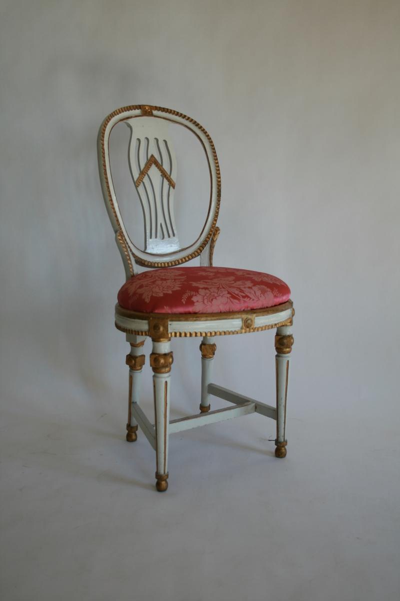 Hvitlakkerte og forgyldte m/rosa silketrekk. 16 stoler