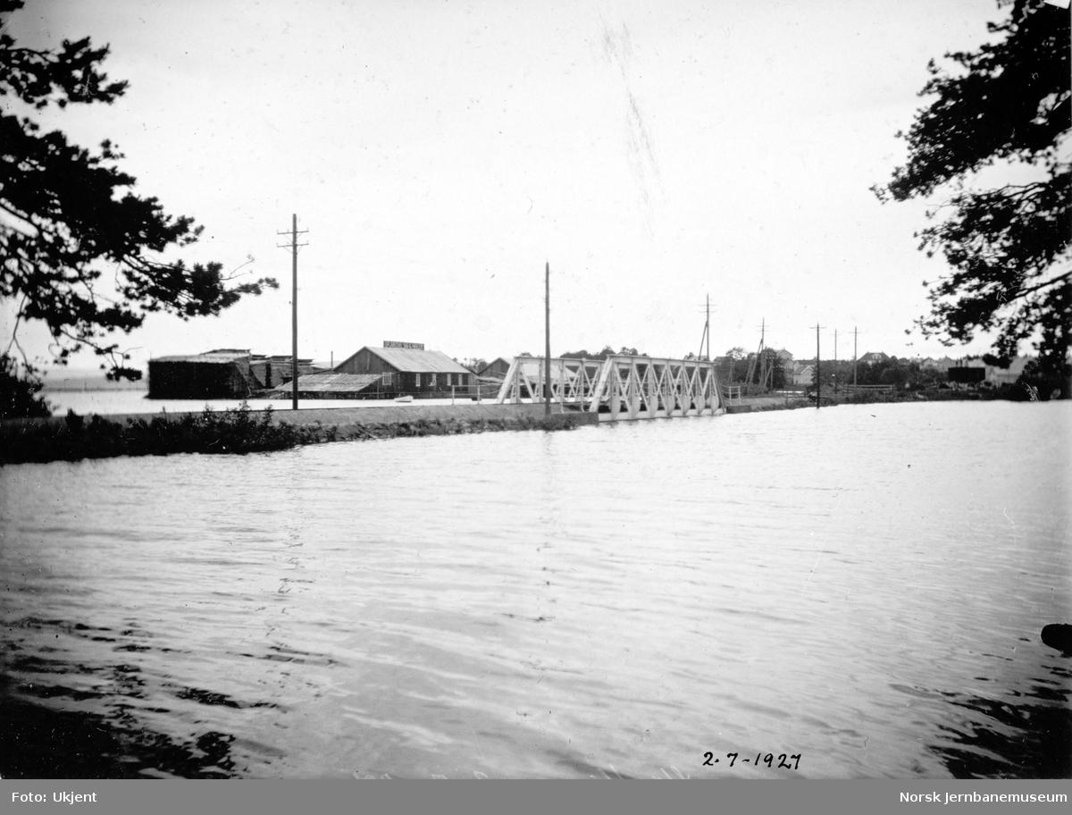 Flommen i 1927 : jernbanebrua over Åkersvika