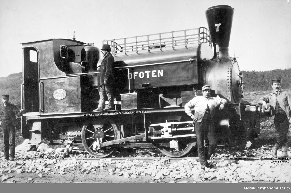 "Ofotbaneanleggets damplokomotiv ""Ofoten"" med personale"