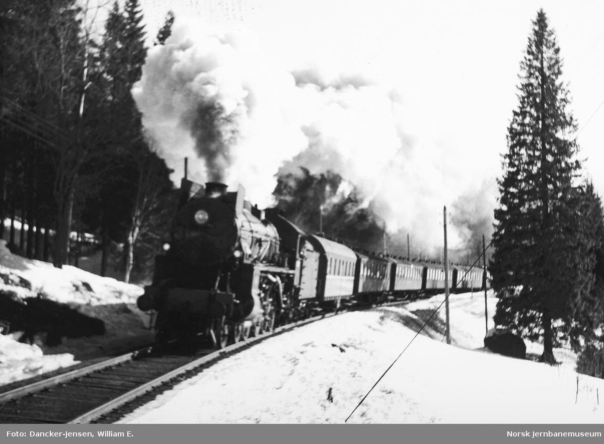 Damplokomotiv type 31b med persontog ved Sandermosen