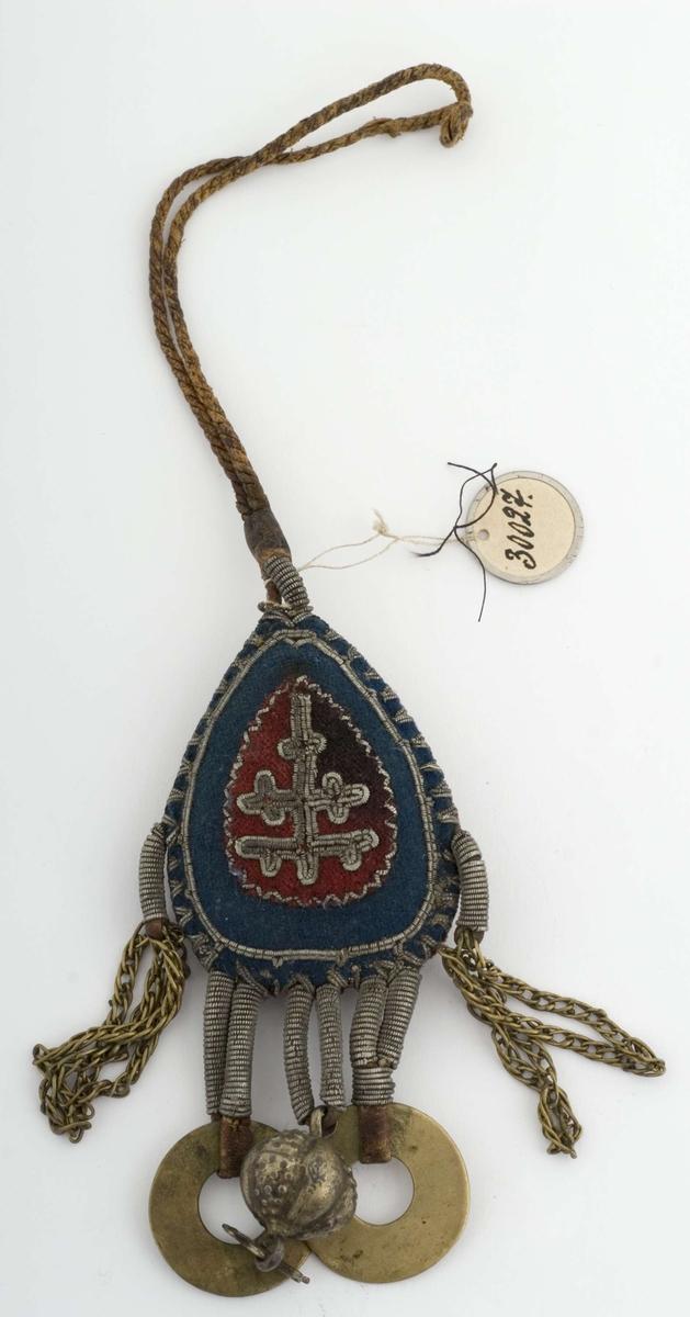 Liten pung eller pute (h ca 4 cm) av rødt og blått klede med tinntrådbroderi og vedheng av tinntråd med messsingringer og sølvløv, har vært festet i  belte med lærstropp. Pungen inneholder trolig en amulett i form av en klump fra reinsdyr som skal gi reinlykke. Se Nesheim i By og Bygd 1967 om undersøkelse av den ene av de tre slike ved museet. LP 23.2.2009