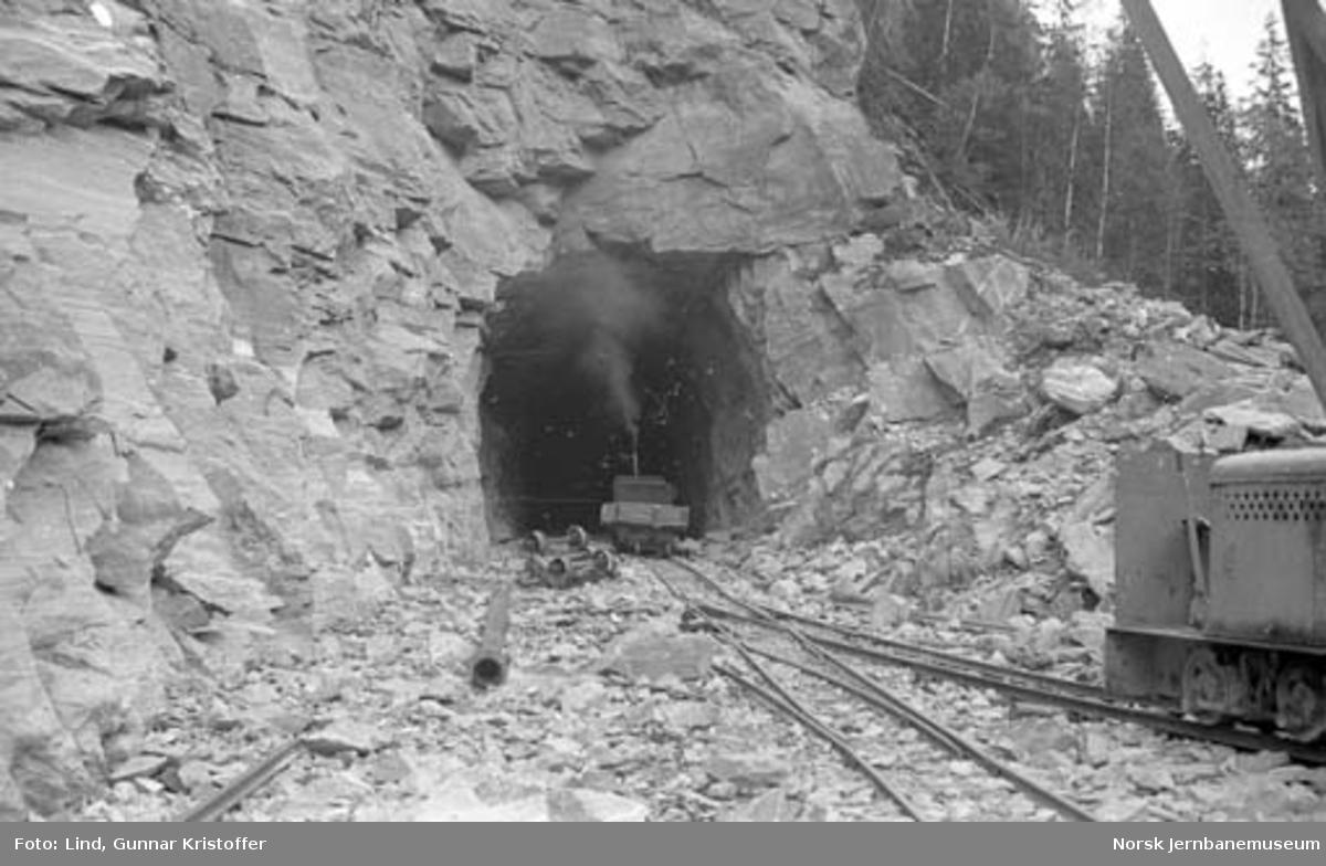 Dunderlandsbanens ombygging : anleggslokomotiver ved søndre påslag Reinforsen tunnel