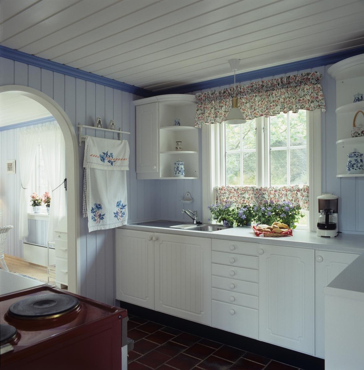 Sommerhus ved Dalen, Røssesund, kjøkkenet med moderne innredning i ...