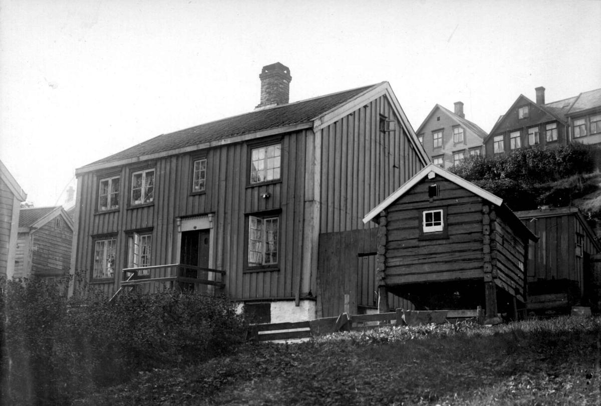 Brungården (matrikkelnummer 33) i Vågen, Kristiansund 1908. Huset var i tollbetjent Bruns eie.