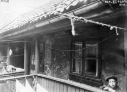 Karl XIIs gate 28, Oslo, 1924. Svalgang i bakgård med liten gutt.