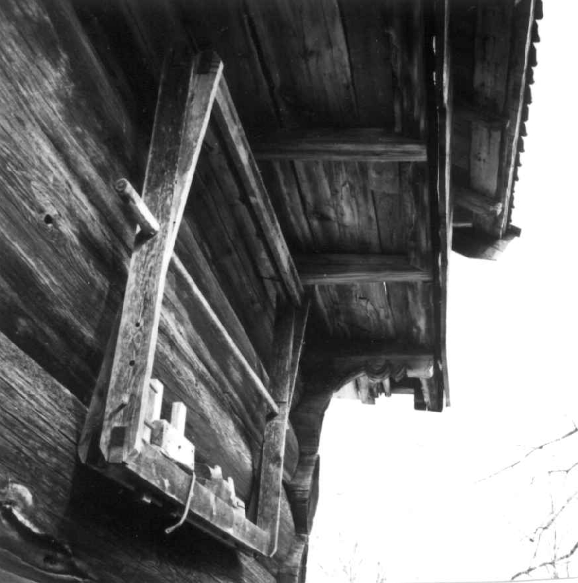 Bygning i Marum i Tinn. Verktøy henger ute på veggen.