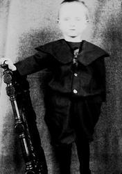 Portrett av gutt på en stol, Halvor Nicolai Q. Wiborg, Diger