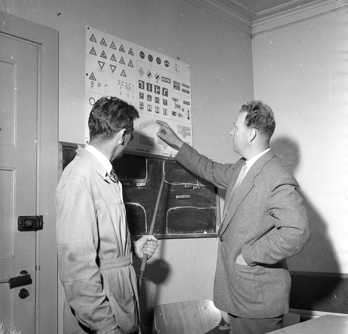 Sjåfør får trafikkundevisning på Bilsakkyndige. Fotografert  24. juni 1959.