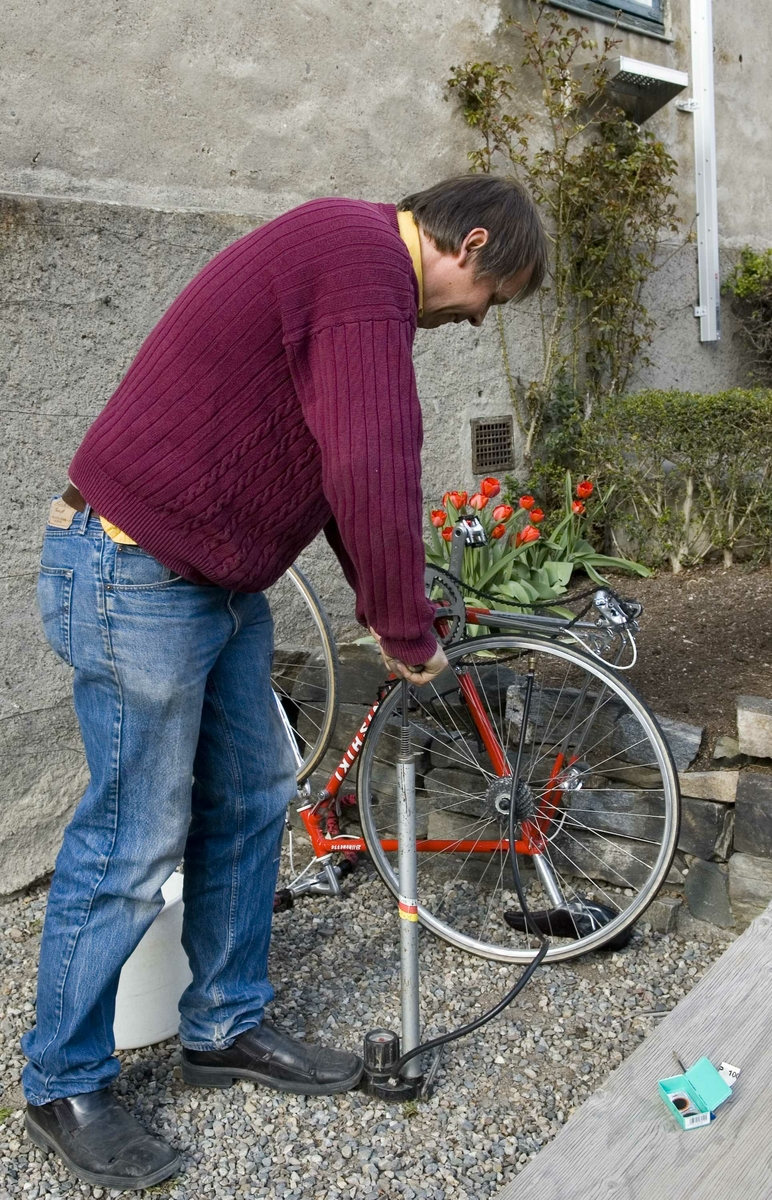 Jan Petter Brennsund viser hvordan man lapper en sykkel.