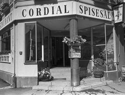 Serie. Restaurant Cordial, Storgata, Oslo. Inngangsparti, in