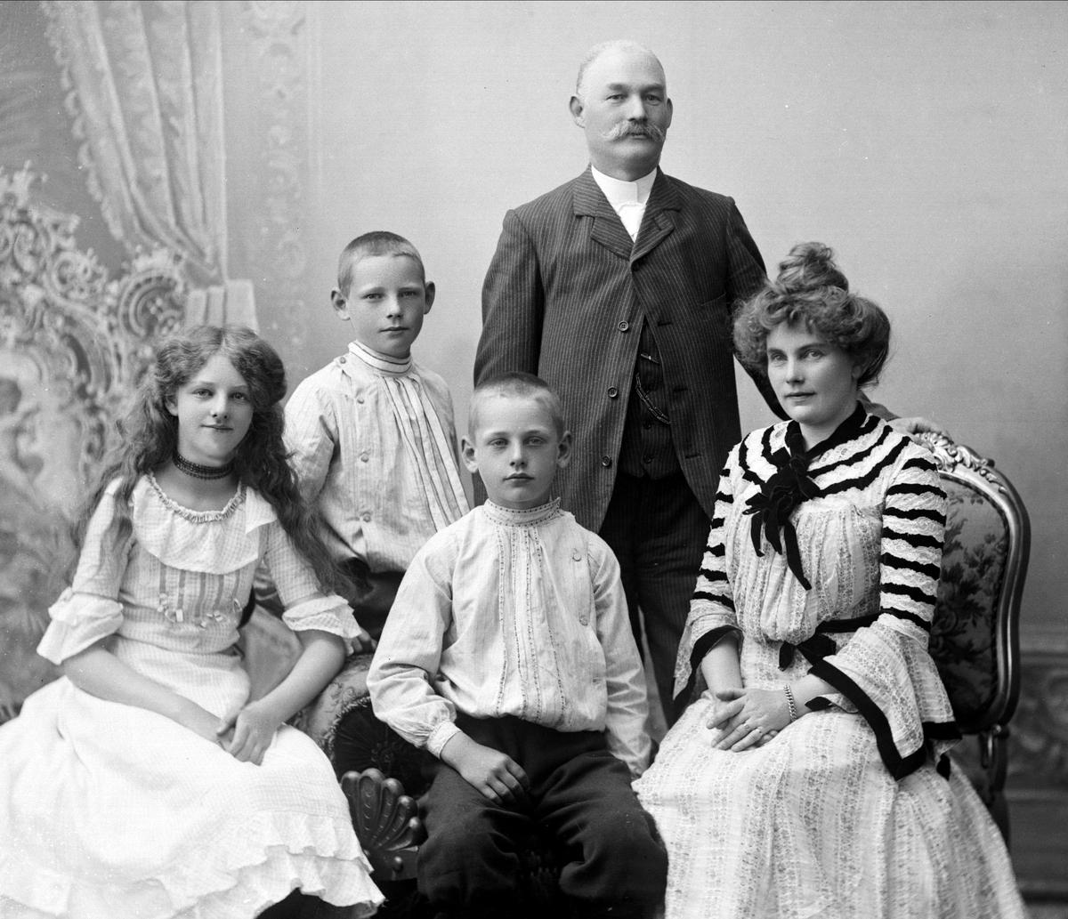 Gruppeportrett, familiebilde. Thomas Severin Tellefsen og hustru Laura f. Wiig. Barna fra v. Solveig, Arne og Finn Tellefsen. Thomas var universitetsbibliotekar.