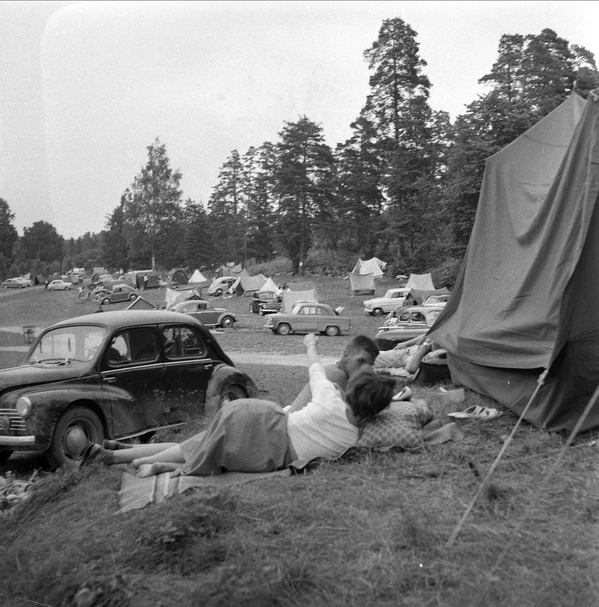 bil av typen renault 4 cv  u00e5rsmodell 1946-54  svenske turister p u00e5 camping i oslo