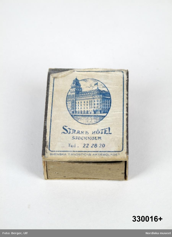 """Tändsticksask av papp och trä, med instickslåda, plån på långsidorna. Blå, på ena sidan etikett med tillverkaren Tändsticksbolagets vanliga motiv """"Solstickepojken"""" och text """"SOLSTICKAN / SÄLJES TILL FÖRMÅN FÖR BARN OCH GAMLA"""" och """"SVENSKA TÄNDSTICKS AKTIEBOLAGET"""". På andra sidan etikett med reklamtryck i form av bild på Strand hotell samt text: """"Strand Hotel Stockholm Tel. 22 28 20 / SVENSKA TÄNDSTICKS AKTIEBOLAGET"""". Asken är tom.  Solstickepojken, ritad av Einar Nerman för stiftelsen Solstickan 1936, samma år som stiftelsen grundades. Stiftelsen har ett nära samarbete med Tändsticksaktiebolaget/Swedish Match.   Tändsticksasken är tillverkad av Svenska Tändsticksaktiebolaget på beställning av Strand hotell, som ligger på Blasieholmen i Stockholm.  Under 1900-talet användes ofta reklam på  tändsticksaskar/tändsticksplån i marknadsföringen av olika varor och tjänster. Askarna/plånen delades ofta ut gratis och många restauranger lät dem ligga framme på borden för gästerna. Under slutet av 1900-talet blir detta mindre populärt, delvis för att tändaren blir vanligare, men framför allt beroende på att färre rökte och att rökning inte längre förknippades med något positivt.  Tändsticksasken ingick i en större samling som ihopsamlats av givarna under sina bilresor under 1950-talet och fram till 1980-talet inom och utom Sverige. Ett urval ur samlingen förvärvades av Nordiska museet 2009. /Leif Wallin 2010-01-28"""