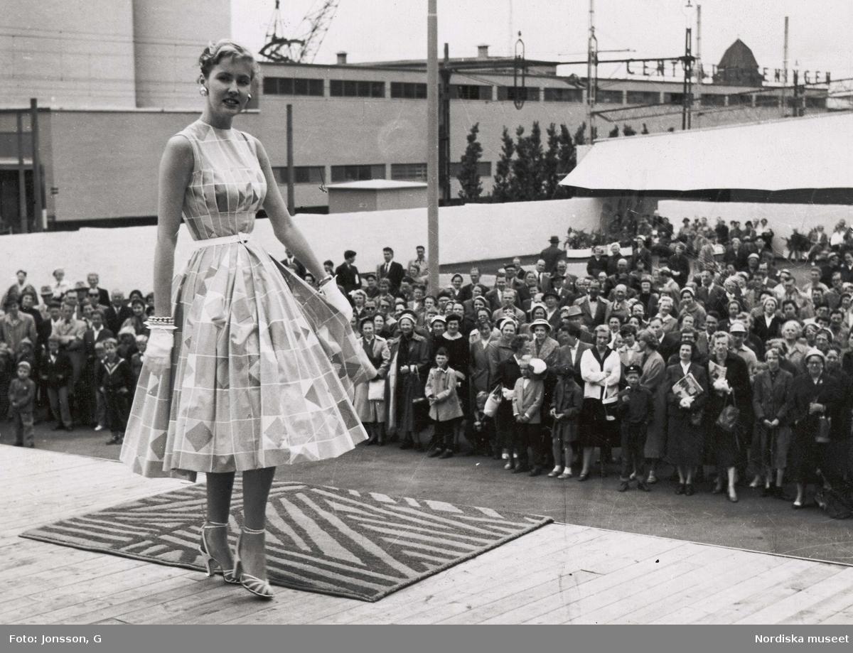 70278c7c727f Mannekäng med klänning i tyg av Viola Gråsten. H55-utställningen i  Helsingborg. Nordiska