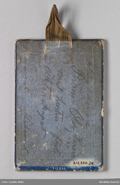 Porträtt, helfigursbild av man och hustru.Föreställer häradsdomare Bröms Olof Larsson, f. 1837, med hustru i hans första gifte, i Leksandsdräkt. Fotografi i visitkortsformat i ram.  Nordiska museet inv.nr 213230.