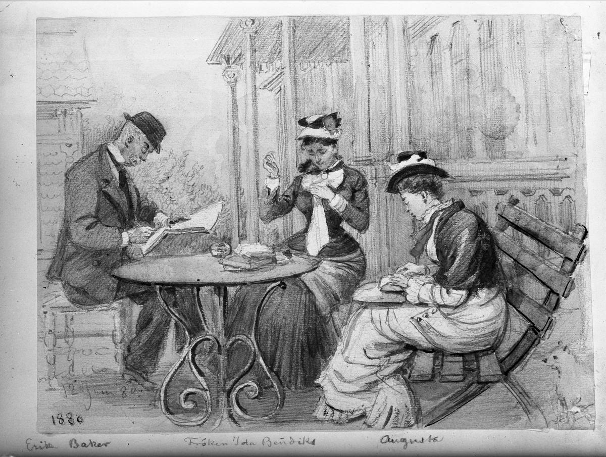 Handarbetande sällskap sitter vid trädgårdsbord, utanför ett hus. En kvinna syr, en kvinna knypplar och en man läser en tidning (eller skriver). Avfotograferad akvarellerad teckning (21.7  x 16.2 cm.) av Fritz von Dardel (1817 - 1901). Daterad 12 juni 1880. Montebello, Östra Ryds socken, Danderyds skeppslag i Uppland.