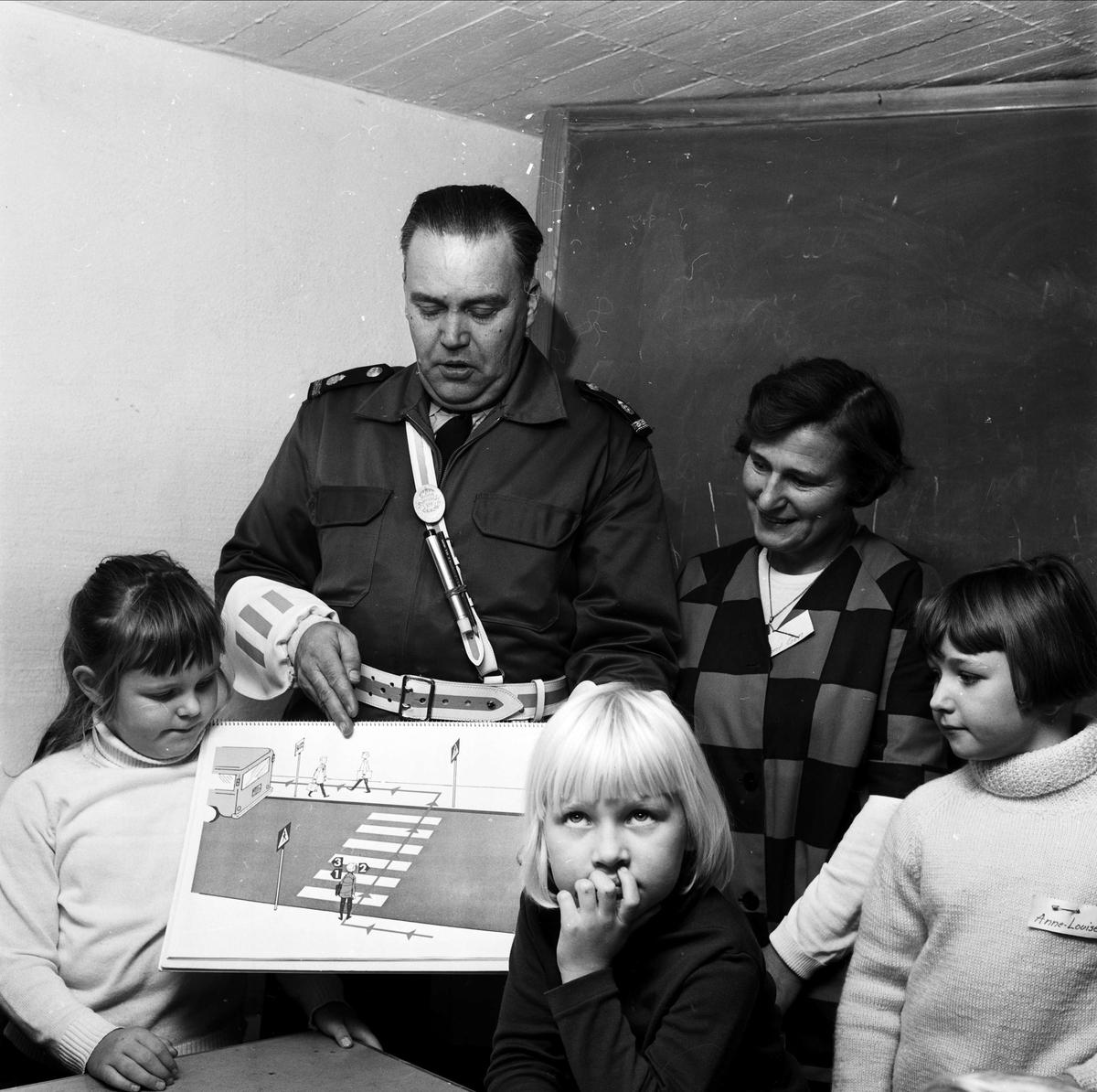 Polis undervisar barn om trafik, Tierp, Uppland 1967