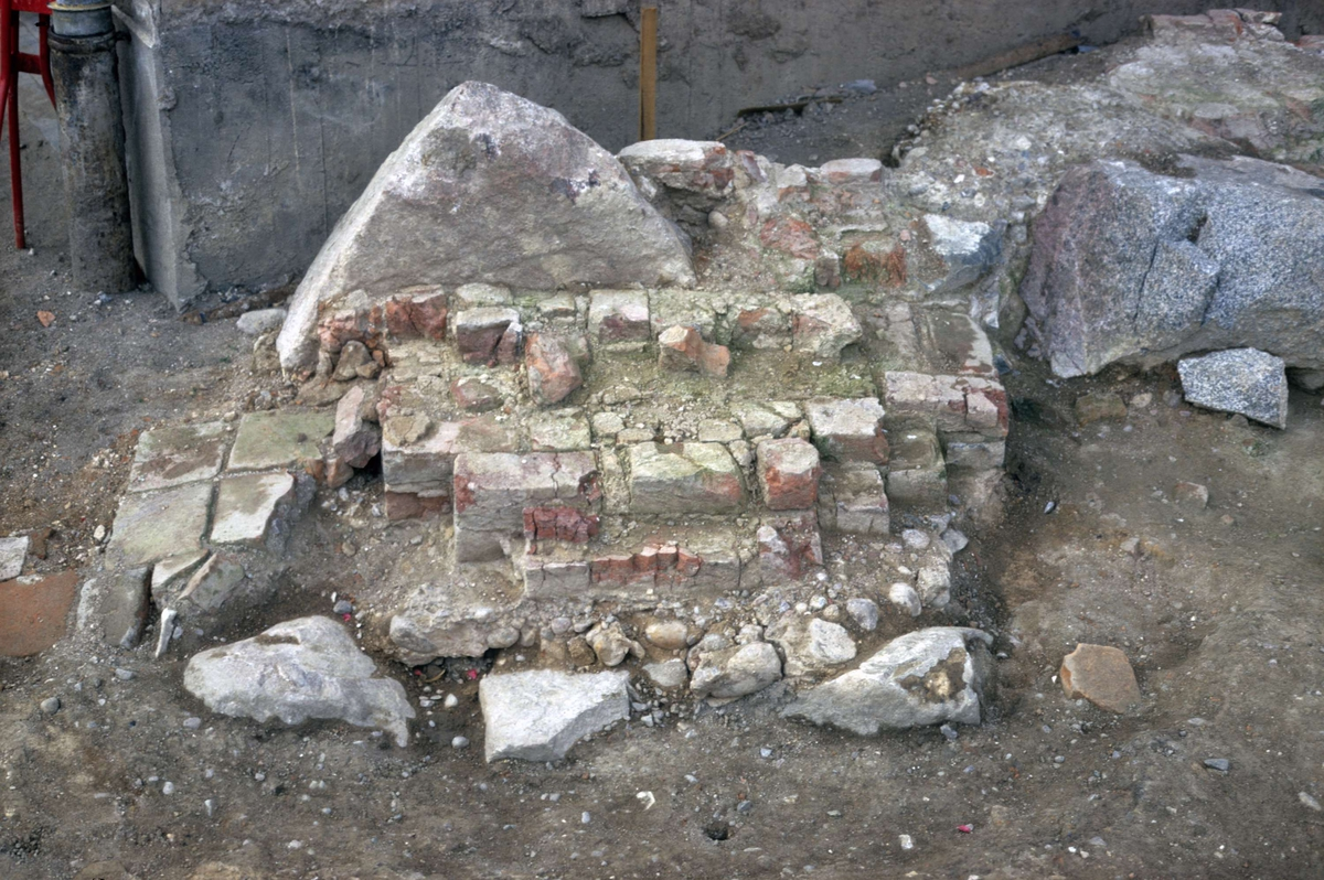 Arkeologisk undersökning av Franciskanklostret, kvarteret Torget, Uppsala 1971 - 1972. Långhuset, västra väggen, väggpelare, från öster