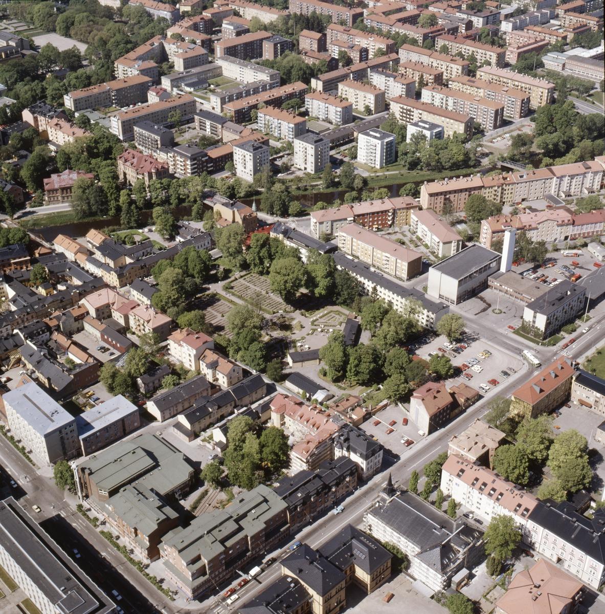 Vy över Uppsala innerstad, Linnéträdgården i mitten, juni 1989