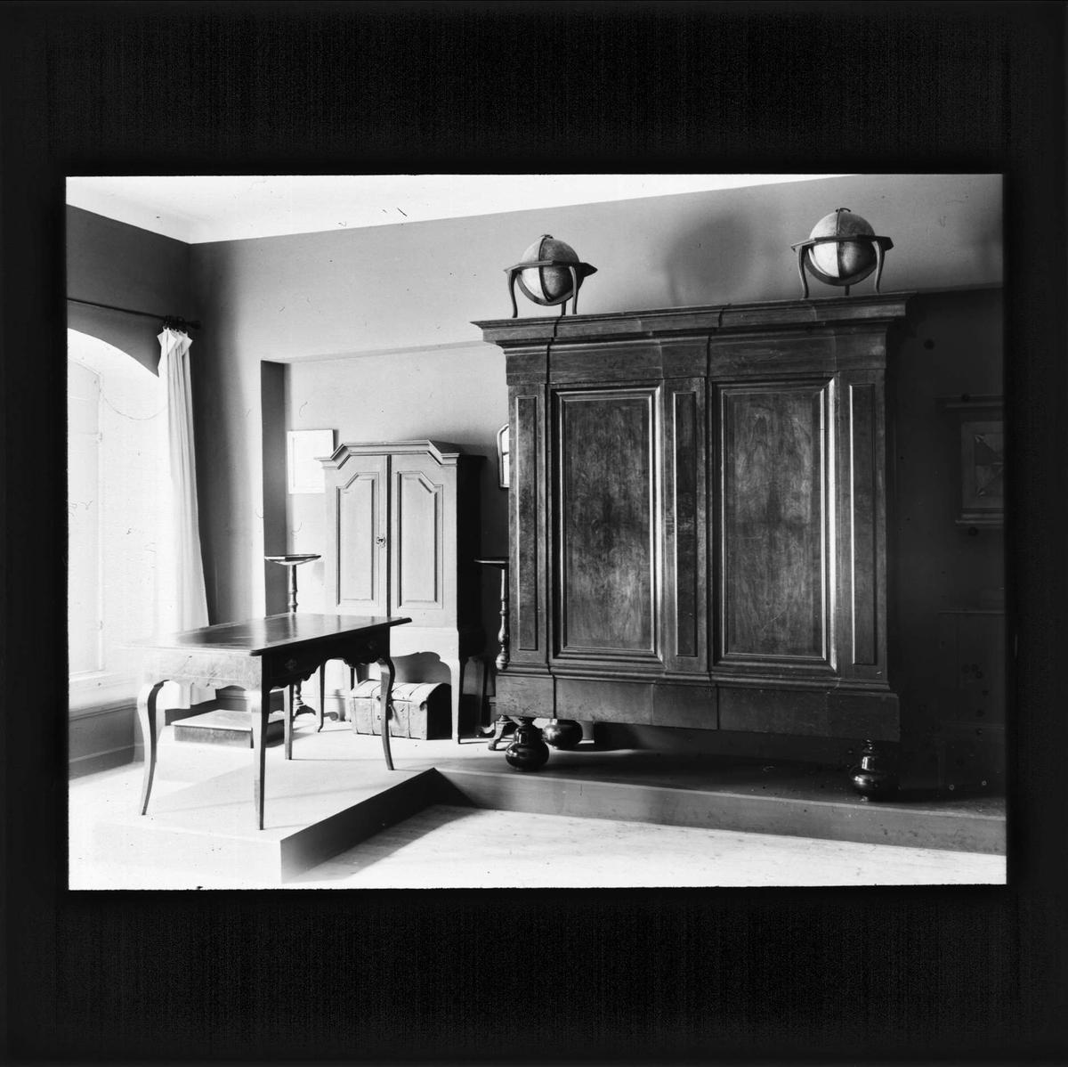 Rum i Linnémuseet med skåp och bord