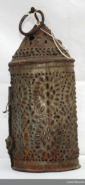 Sylinderformet med hull for å slippe lyset ut gjennom. øverst avsluttes lykta som en kjegle