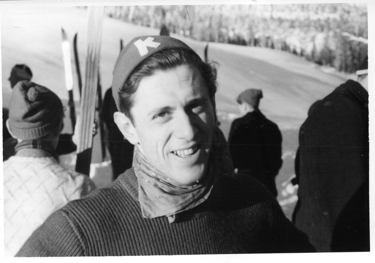 Petter Hugsted i det første skirennet etter krigen, 30.12.1945. Petter Hugsted in the first jumping competition after the Nazi occupation.