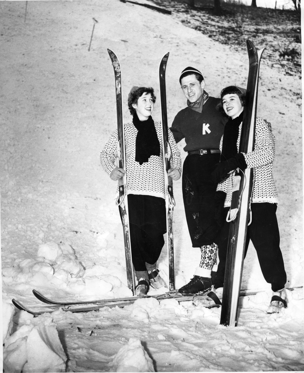 Petter Hugsted med to amerikanerinner under turne i USA. Petter Hugsted with two ski ladies in the USA.