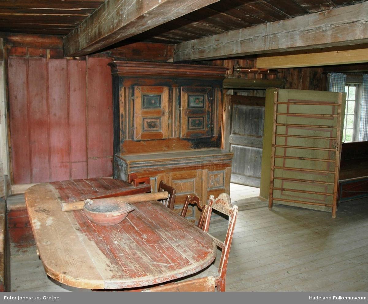 Bygningen er fra Ulven i Nordre Oppdalen og var bebodd inntil den ble flyttet til museet i 1924. Huset er laftet i to etasjer, panelt og har teglsteinstak. Antagelig er huset fra 1700-tallet. I første etasje er det to rom, begge med peis og egen utgangsdør. Trappa til 2. etasje går opp i den lukkede svalgangen. I andre etasje er det tre rom som ble benyttet til soverom og oppbevaringsplass.  Det minste rommet i første etasje ble i perioder leid ut. Her vises sølvsmedverkstedet etter Lars Nielsen Knotterud (1823-1906). Lars N. Knotterud fikk bevilling til å drive som sølvsmed fra 1847. Faren, Nils Larsen (1780-1860), var også sølvsmed og Lars fikk sin opplæring av han. Lars N. Knotterud hadde sølvsmedverkstedet sitt, benken og verktøyet, på kjøkkenet i Knotterud i over 40 år og drev garden samtidig som han var sølvsmed. Knotterud lagde i hovedsak skjeer, men også ting på bestilling. I tillegg til sølvsmedarbeid lagde Knotterud selepinner og pipemunnstykker av elghorn, barberkniver og enkelte legeinstrumenter.