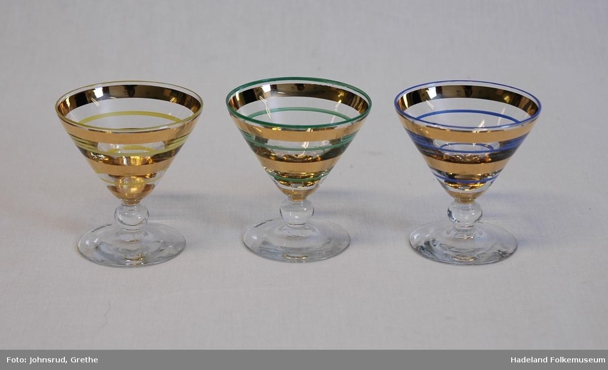 Flat fot. Kort stett med kule på midten. Traktformet cupe. Horisontale striper på cupen. Annenhver gull og henholdsvis blå, gul, grønn (a, b-c, d-g).