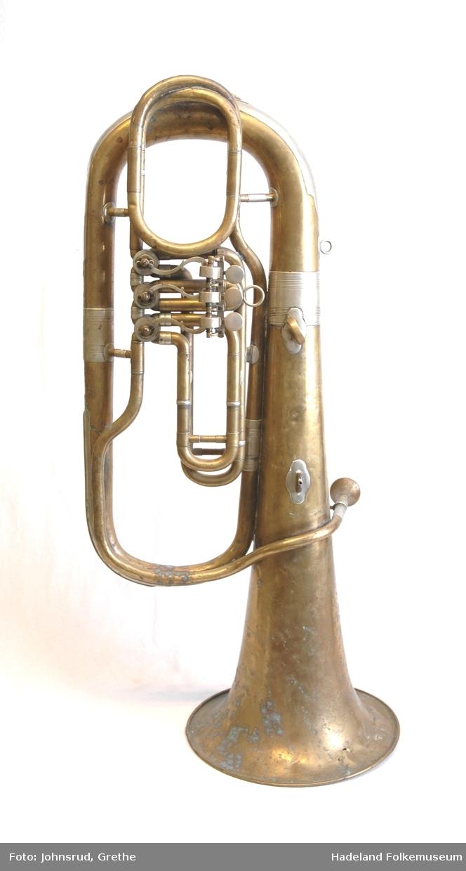 Messing, tubaform, Ring av nysølv nederst på schallstykket. Kraftige ringer ved rørskøten. Forsterkning i første bøyen av røret (=instrumentets bunn) og på toppen , 2 ringer for opphengningsbånd.  3 rotasjonsventiler, spytthull. Munnstykke.