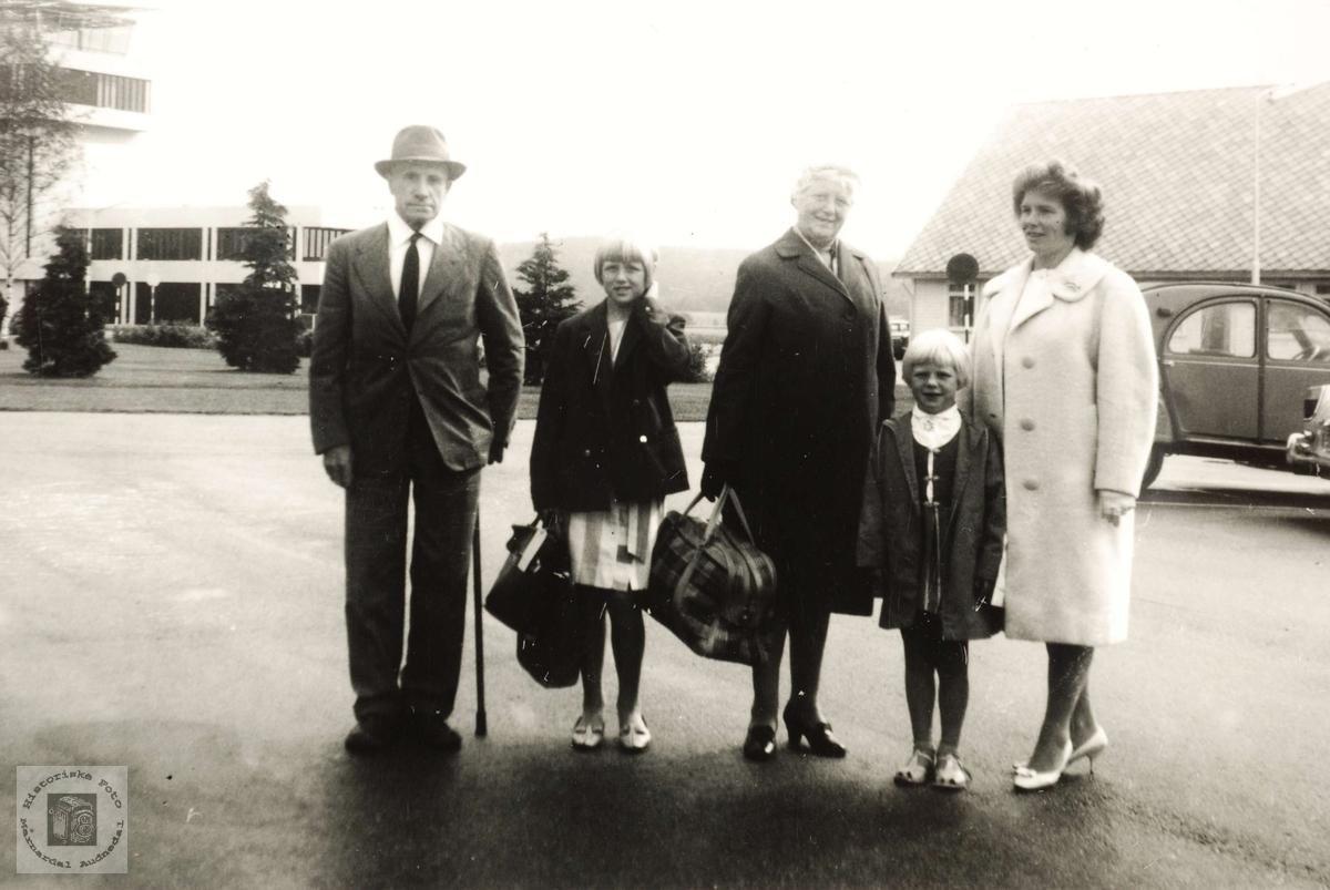 Amerikafarere på Kjevik flyplass, følgt av ung slekt fra Grindheim