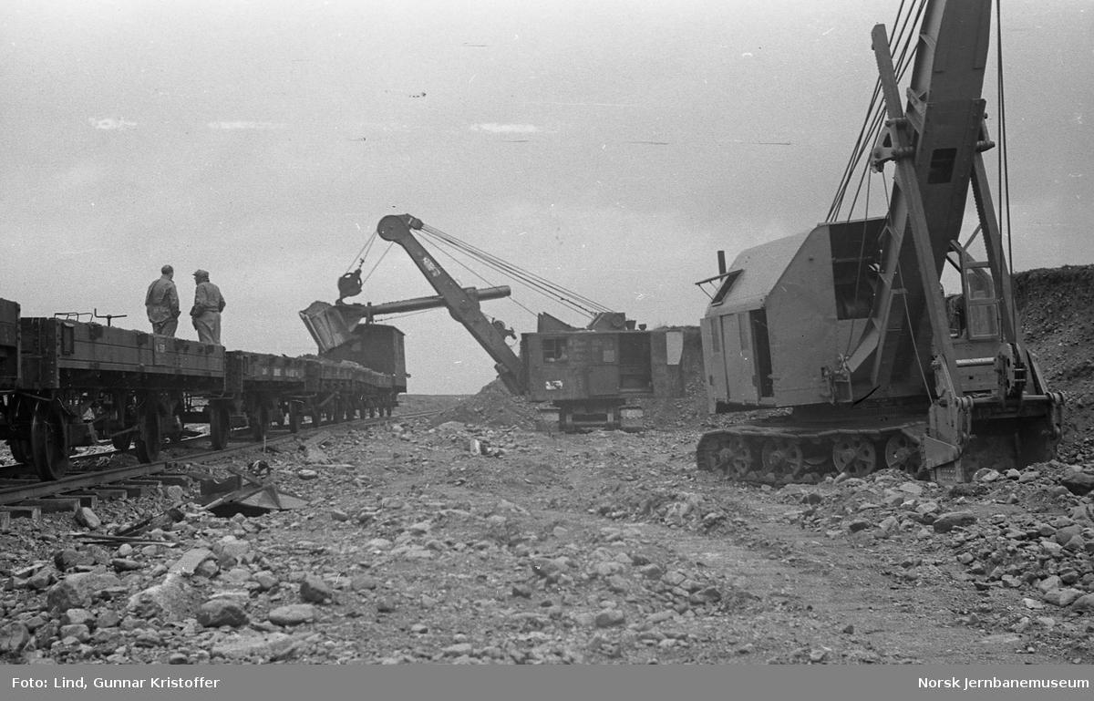 Nordlandsbaneanlegget : grustak ved Silba med Demag-lastemaskiner i arbeid