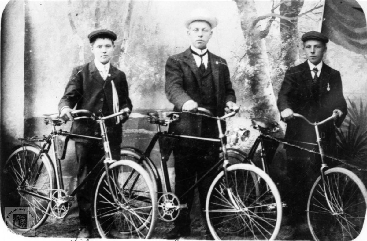 Portrett av tre unge herrer minst 2 fra Bjelland på sykkel.