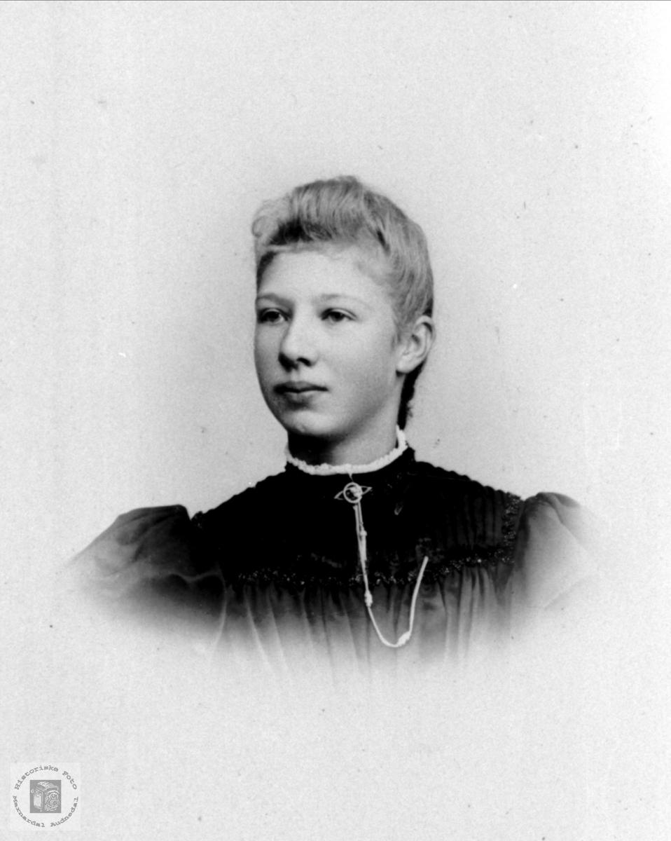 Portrett av Aase Leirkjær, gift Heddeland, Øyslebø.