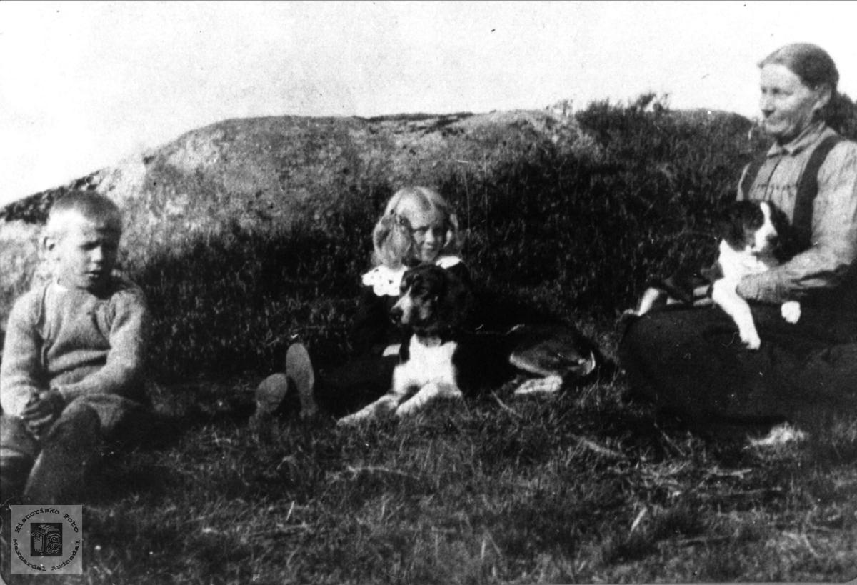 Mor og barn, Lars, Ågot og mor Karen Oline Grimestad, Øyslebø.