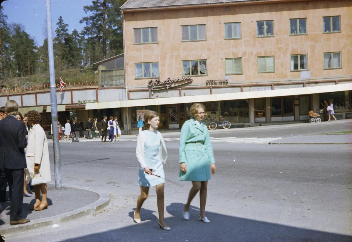 17. mai, Elverum. 1970. Storgata ved Narvesenkiosken. To unge jenter.