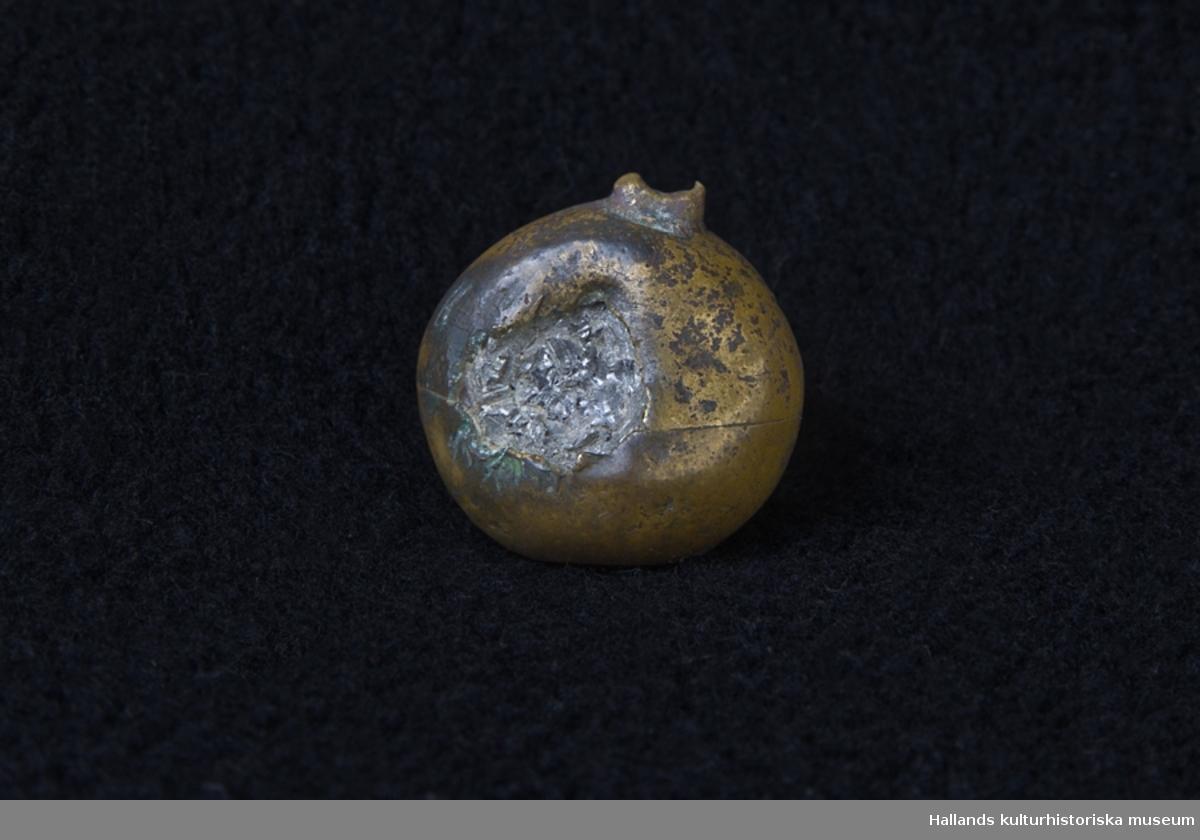 Kula av mässing som enligt legenden sägs vara tillverkad av en eller flera uniformsknappar.