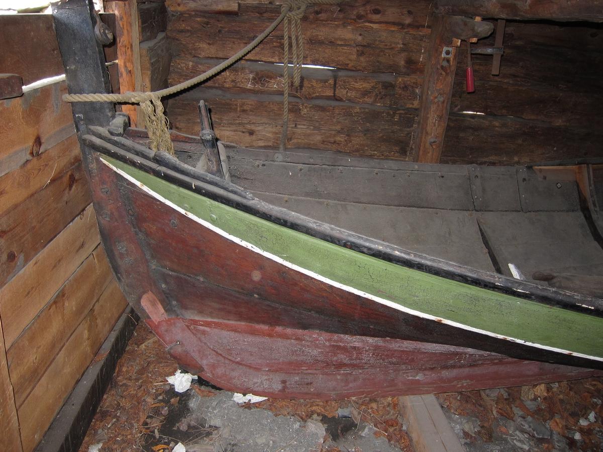 Åpen Nordlandsbåt med plass til tre roere på hver side. Aktre keip st.b.side skadet. Reparasjon st.b. side v. fremre keipe.