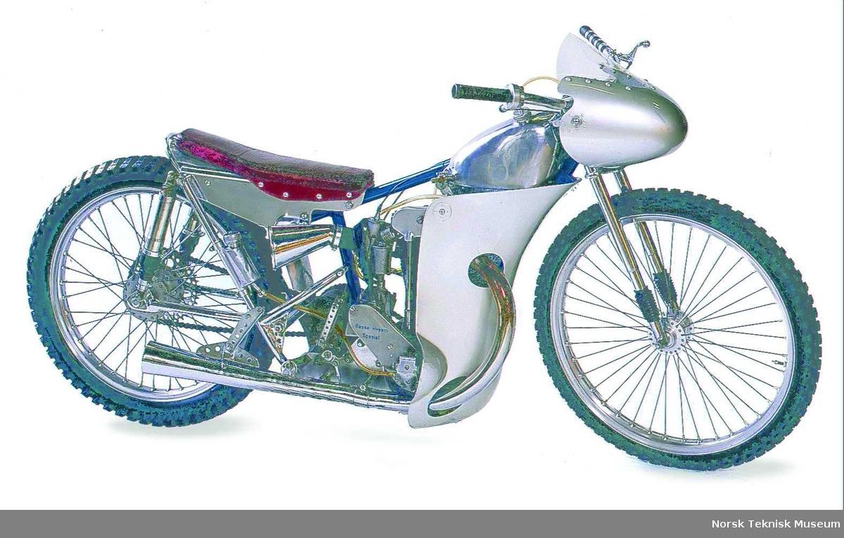 Telefonsamtale 03.11.06 med Svein Næss (99293930): På bakgrunn av det som var skrevet i Bulletinen ønsket Næss og korrigere en del opplysninger og påstander derfra. Basse Hveem vant EM i 1957. Den sykkelen vi har, er bygd i 1949 av Kjell Samsing. Den ble første gang brukt på et løp på en svensk travbane i pinsen 1950. Sykkelen ble komplettert bla med kåpe frem til 1955, men den var i prinsipp den samme. Etter det fikk Hveem bygd en ny sykkel som ikke var like stor suksess. Varg-Ole Nygren kjøpte sykkelen etter 1958. Den ble kjørt på 1000m baner av svenske kjørere, havnet i Frankrike der den ble skadet. Ebba Hveem brakte den tilbake til Norge, hun overlot den til Kjell Samsing som overlot den til Åge Hansen, som satte den i stand slik den er nå. TR 03.11.06
