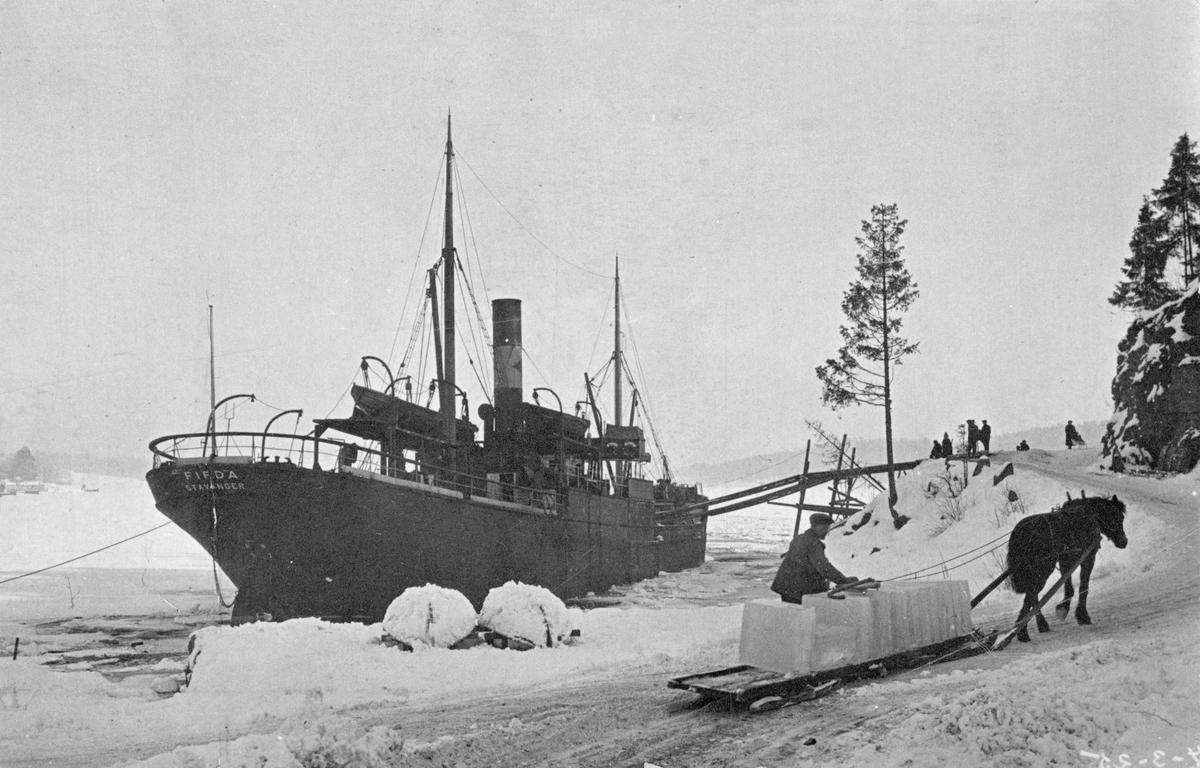 D/S Firda (b.1900, J. Hauge, Lervik, Stordøen), Islasting ved Knut T. Askers isanlegg i Lagdalen ved Leangbukta i Asker 1925