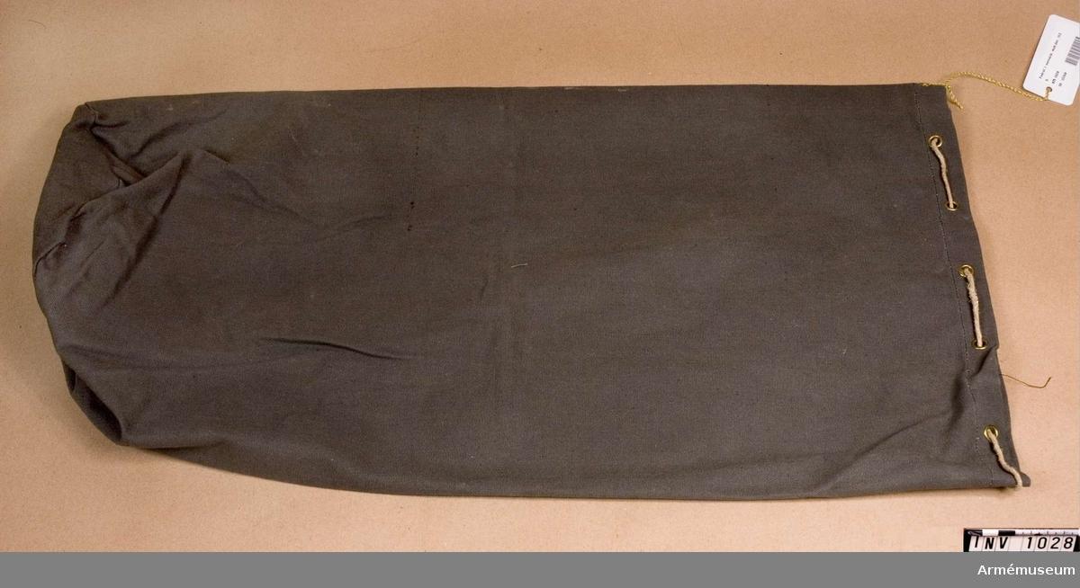 Samhörande nr är 1017-1059, 1062-1063, 1072-1073.Fodral t sovsäck 1939.Av gråbrungrön smärting. Sydd med en enkel söm med rund botten. Används som fodral till den hoprullade sovsäcken eller andra persedlar. Har tillhört mobiliseringsutrustning vid museet.