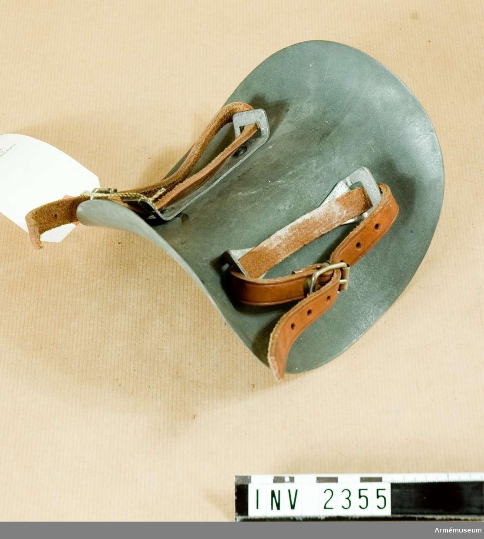 Mankkamskyddare, stl nr 8,5.Tillh. 2 läderremmar. Modell från konstruktionskontorets modellkammare, märkt nr:I-433, 6/12 1946.