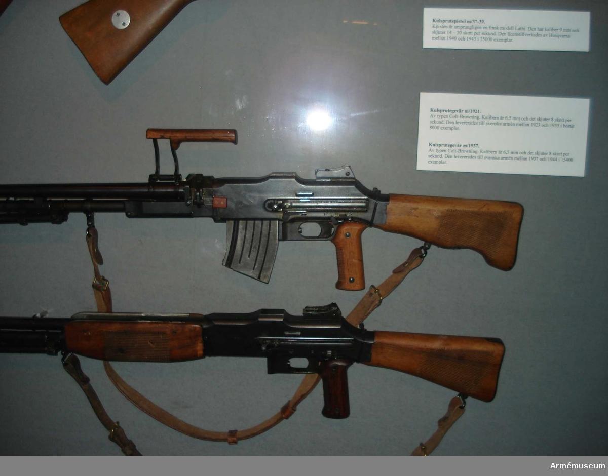 Kulsprutegevär m/1921. Består av: 1 kulsprutegevär, 1 gevärsrem av läder.Matas med ammunition från 20-skotts magasin. Riktmedel: dioptersikte inställbart 300-1 200 m. Mekanismsystem: gasuttag. Eldhastighet: helautomatisk eld 8 skott/s, patronvis 1-2 skott/s. Utgångshastighet: ca 760 m/s.